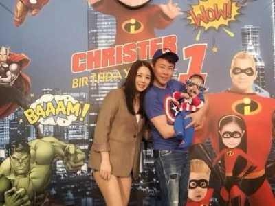 江佩蓉 和妻子一同親吻小可愛